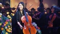 <p>Bermain Cello di pagelaran <em>Aku Anak Rusun</em>, Veronica Tan menggunakan pakaian yang sederhana. Baju dan celana yang serba hitam membuat penampilan Veronica nampak elegan. (Foto: Instagram @veronicatan_official)</p>