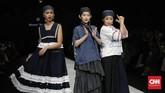 Indonesia Fashion Forward (IFF) kembali mewarnai ajang Jakarta Fashion Week (JFW) 2020. Deretan busana 'gila' dan tak biasa melenggang di atas panggung.