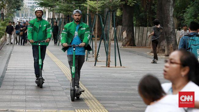 Perangkat mobilitas Grab Wheels merupakan layanan sewa skuter listrik alias e-scooters untuk perjalanan jarak dekat di kawasan Sudirman. Jakarta. Minggu 27 Oktober 2019. CNN Indonesia/Andry Novelino