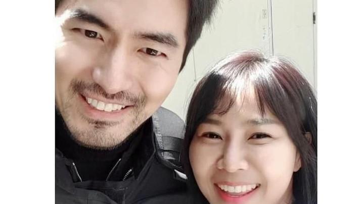 Masih dalam drama yang sama, kali ini Yannie Kim foto bareng Lee Jin Wook. Jangan sallfok ya, Bunda. He-he.
