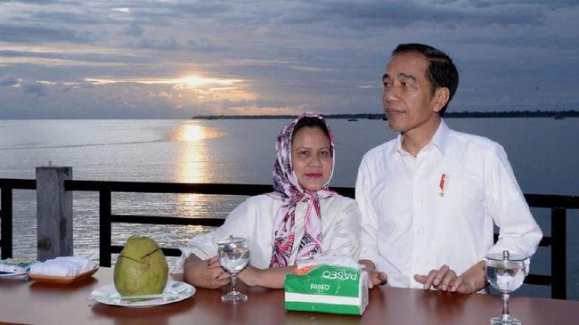Jokowi dan Iriana menyempatkan waktu menikmati matahari terbenam di ufuk barat di sela kunjungan kerja di wilayah Papua Barat, Kaimana, Minggu (27/10) petang.