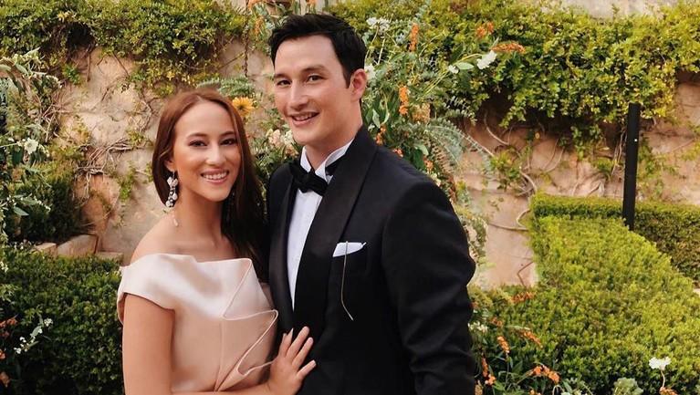 Potret mesra Mike dan Janisaa saat menghadiri pesta pernikahan rekannya di Hotel Cap Rocat, Spanyol.