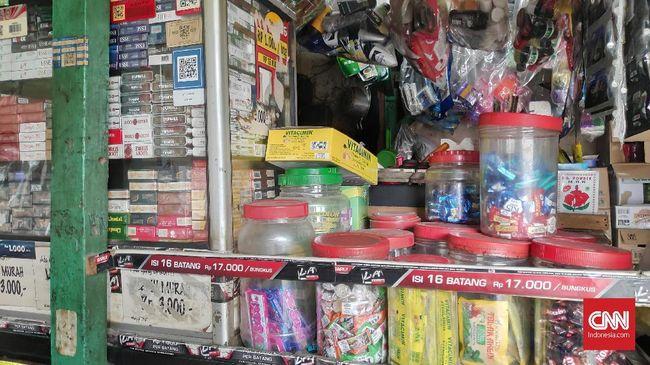 Kebijakan kenaikan cukai rokok baru akan berlaku 1 Januari 2020, namun harga di sejumlah pengecer mulai naik.