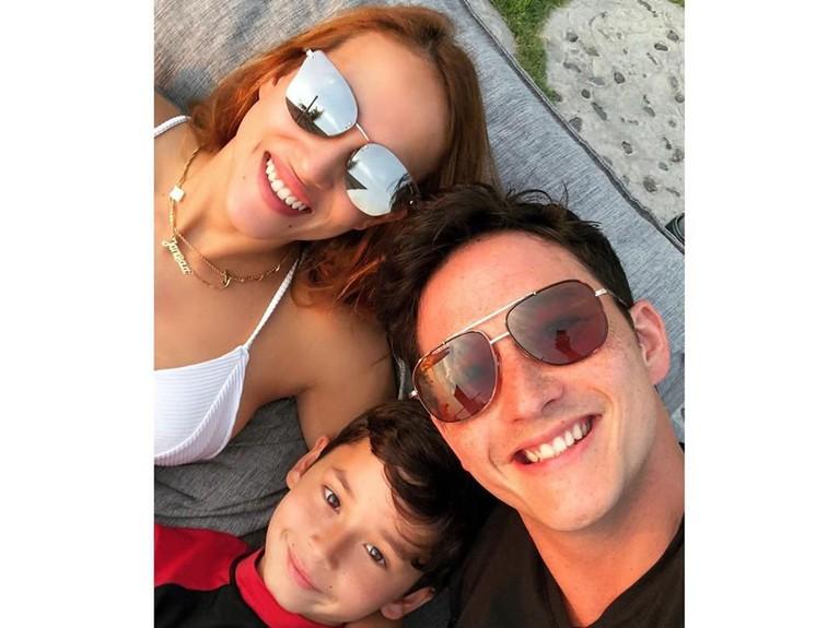 Segera menyandang sebagai istri Mike Lewis, Janisaa ternyata sudah akrab dengan putra semata wayangnya, Kenzou Lion Bleszynski Lewis.