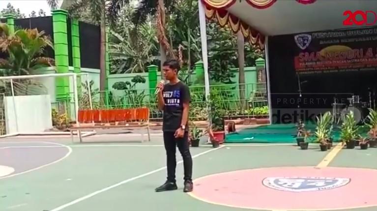 Hingga pada acara Alumni Back to School SMAN 4 Jakarta, Febrian disuruh maju untuk berbicara menirukan gaya suara Jokowi.