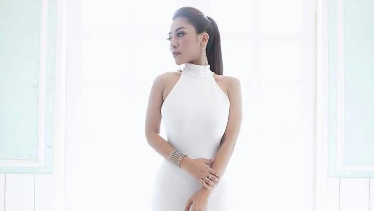 Liza Aditya sendiri merupakan seorang penyanyi cantik asal Malaysia.