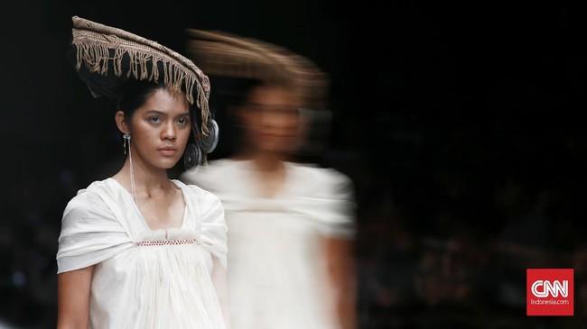 Adrian akan banyak menggunakan kain ulos khas Batak. Koleksi terinspirasi dari cara orang Indonesia berpakaian. Masing-masing daerah pasti punya gaya sendiri saat baru pertama mengenal kain.(CNN Indonesia/Andry Novelino)