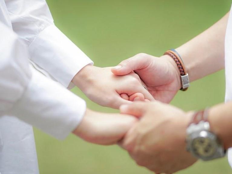 Genggaman tangan itu seolah menunjukkan keduanya telah siap mengarungi rumah tangga bersama.