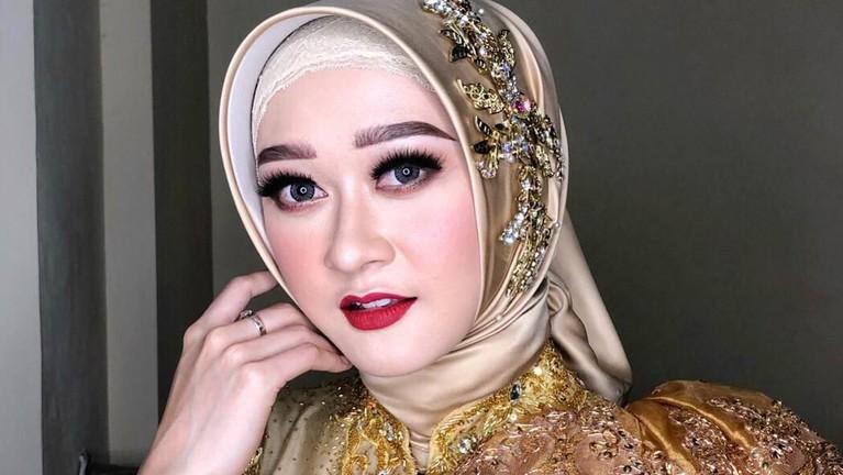 Ia menikah dengan seorang pria bernama Ubaidilah.