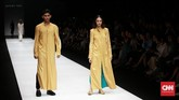 Auguste Soesastro menghadirkan koleksi yang terlihat santai namun elegan sesuai dengan ciri khasnya. Terinspirasi dari kebudayaan Jawa. (CNN Indonesia/Andry Novelino)