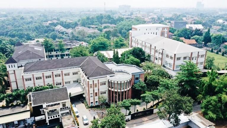 Mentari Intercultural School Grand Surya. Untuk masuk ke sekolah mahal ini membutuhkan biaya mencapai Rp15 juta untuk uang pangkalnya. Sekolah ini juga menjadi salah satu sekolah favorit para selebriti untuk menyekolahkananaknya.