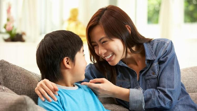 Ketika anak melihat atau bertanya soal pasangan sesama jenis, Bunda bisa jadi bingung harus jawab apa.