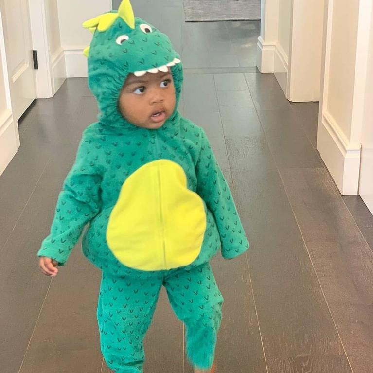 Kaavia berpakaian seperti naga.