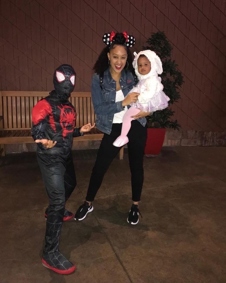 Anak perempuan Tia Mowry, Kairo, berpakaian seperti domba, sedangkan putranya Cree berpakaian sebagai Spider-Man.