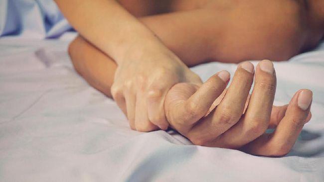 Anal seks merupakan aktivitas seksual dengan memasukkan penis, jari, atau benda lainnya seperti vibrator ke dalam anus untuk mendapatkan kepuasan seksual.