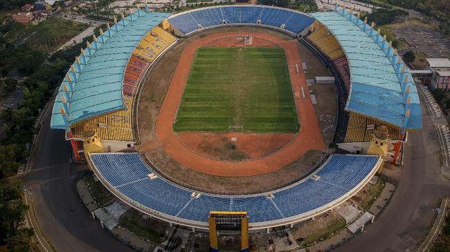 Foto udara Stadion Si Jalak Harupat di Soreang, Kabupaten Bandung, Jawa Barat, Jumat (25/10/2019). Stadion Si Jalak Harupat menjadi salah satu dari 10 stadion yang diajukan  PSSI kepada FIFA sebagai penyelenggara Piala Dunia U-20 pada 2021 mendatang. ANTARA FOTO/Raisan Al Farisi/nz