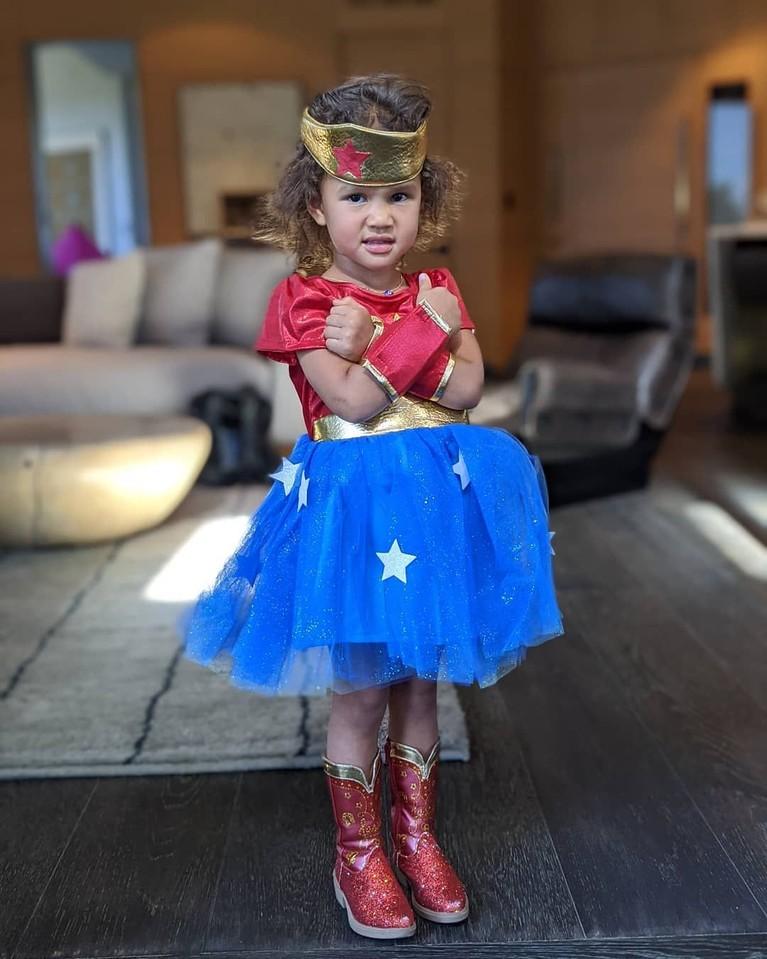 Putri Chrissy Teigen dan putri John Legend, Luna, berdandan sebagai Wonder Woman.
