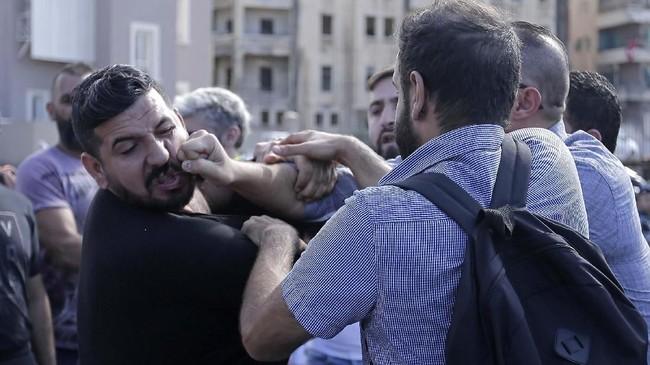 Demonstran Libanon merayakan pengunduran diri PM Saad Hariri di jalanan. Namun, mereka diadang oleh pendukung Hizbullah.