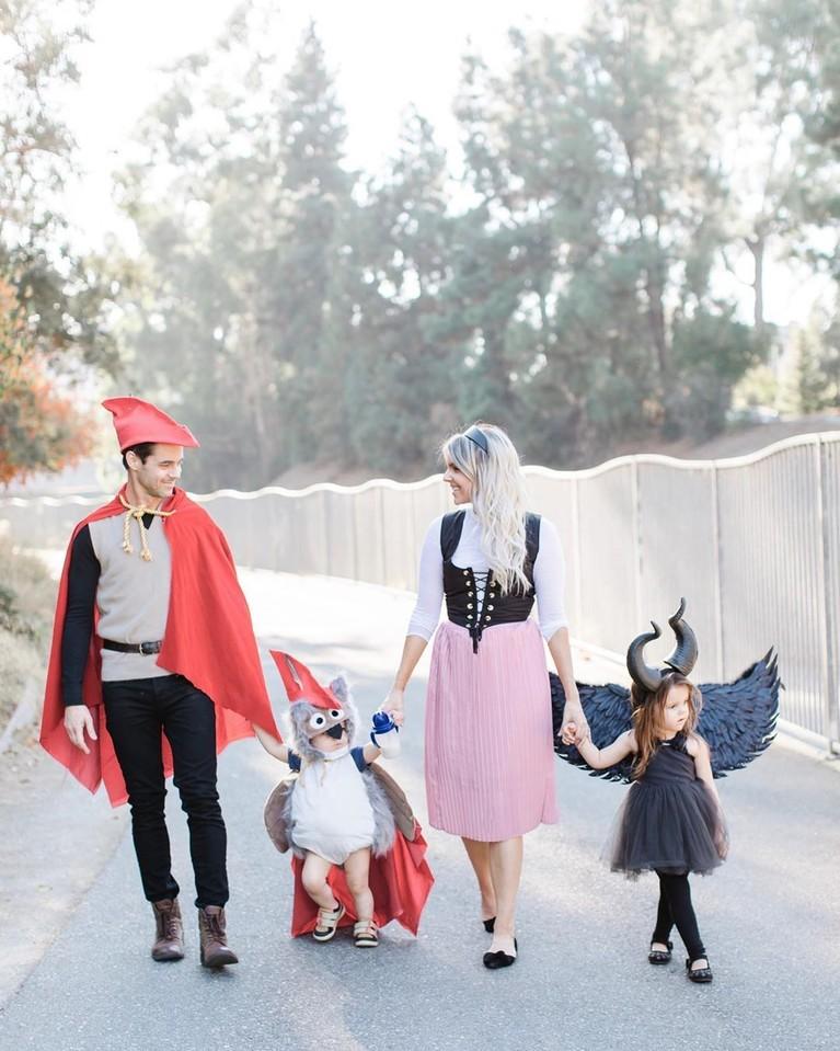 Keluarga Ali Fedotowsy berpakaian sebagai karakter dari Sleeping Beauty.