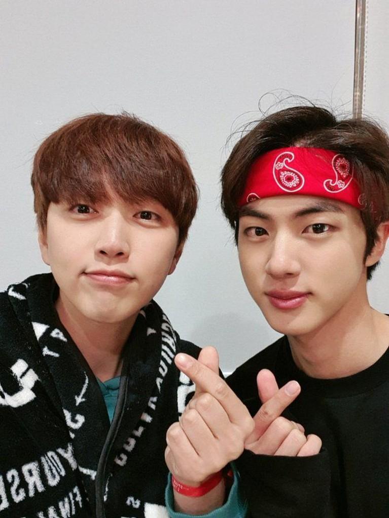 Berteman baik dengan Jin, Sandeui B1A4 tak lupa hadir dan menyapa di belakang panggung. mereka juga menyempatkan untuk berfoto bersama.