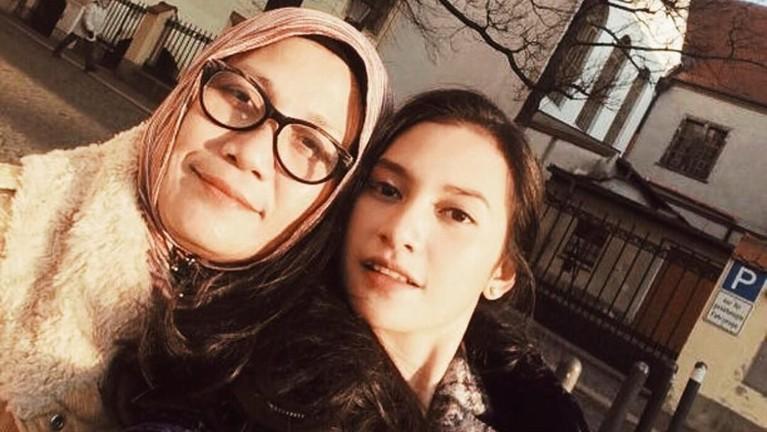 Indah Permatasari dan sang ibunda, Nursyah, tengah diterpa perseteruan yang berawal dari hubungan sang putri dengan komedian, Arie Kriting.