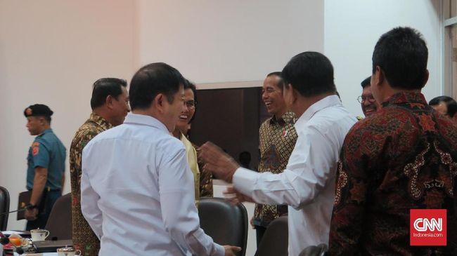 Bergabung ke kabinet Jokowi, Prabowo Subianto mengaku harus akrab dengan para menteri lainnya, termasuk Sri Mulyani yang kerap ia kritik di era Pilpres 2019.