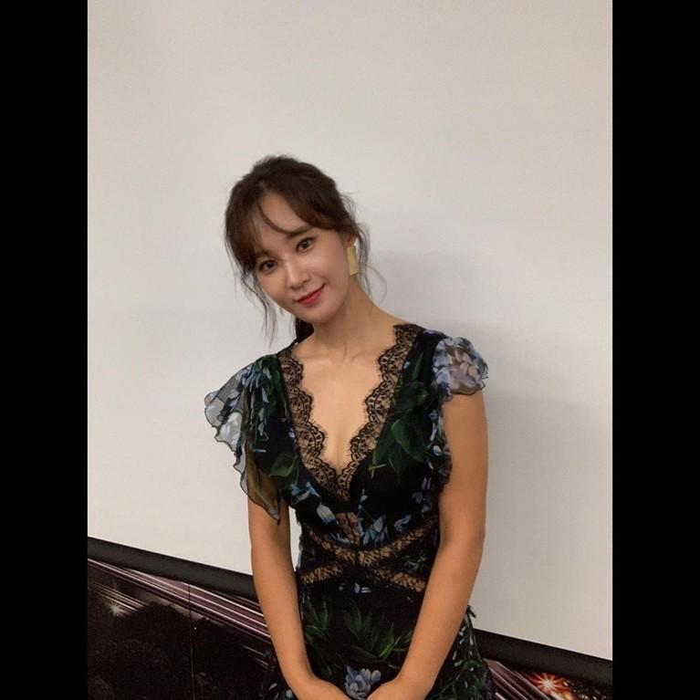 Salah satu personel grup senior, Yuri Girls Generation atau SNSD juga nampak menikmati pertunjukan dan tak lupa mengunggahnya di Instagram Story.