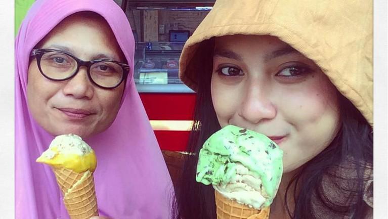 Potret manis ketika Indah dan Nursyah menikmati es krim bersama di Tempo Gelato, Yogyakarta.
