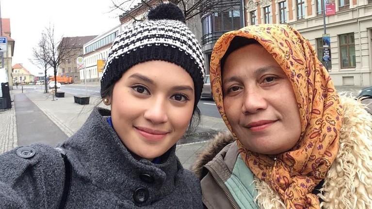 Atau ketika Nursyah setia menemani Indah ketika ia syuting film Rudy Habibie di Jerman pada 2016 lalu.