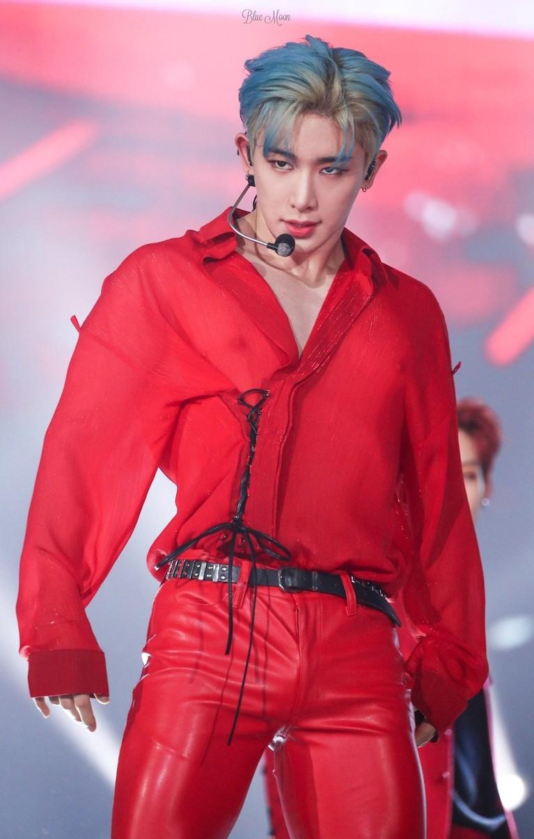 Selain menggunakan pakaian yang menerawang, Wonho juga sering terlihat memakai celana ketat yang menonjolkan tubuh bagian bawahnya.
