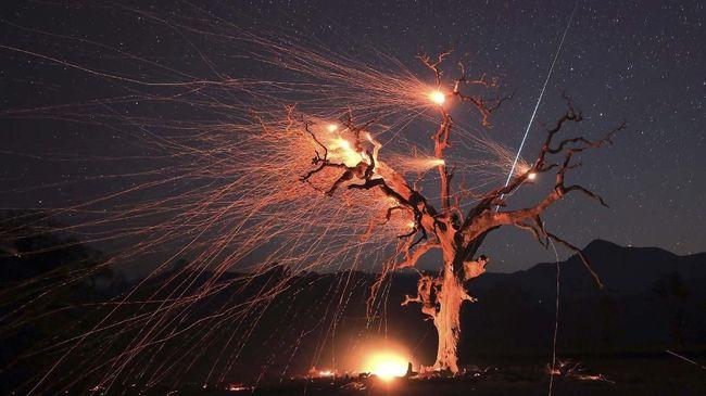 Meteor raksasa melintas, terbakar, dan menghantam Bumi yang terangi langit malam Norwegia.