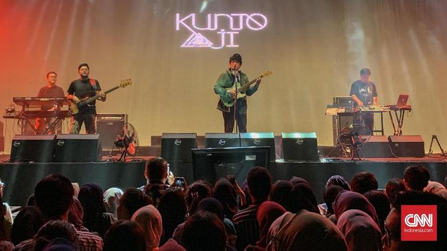 Solois Kunto Aji memberi selamat kepada Tulus atas karier musik yang terbilang manis dalam delapan tahun terakhir, di Festival Sewindu Tulus, Jumat (1/11).