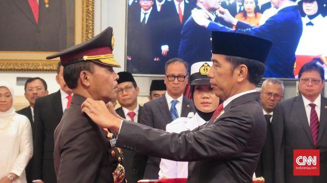 Presiden Joko Widodo mengganti tanda pangkat Kapolri Jenderal Idham Azis. Selain itu Jokowi juga menyerahkan tongkat komando kepada Idham, di Istana Negara, Jakarta, Jumat (1/11).