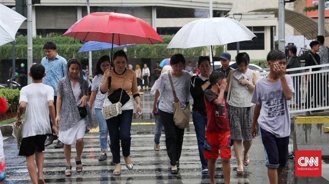 BMKG mengeluarkan peringatan cuaca yang terjadi di wilayah DKI Jakarta. Warga diminta waspadai kondisi cuaca hari ini.