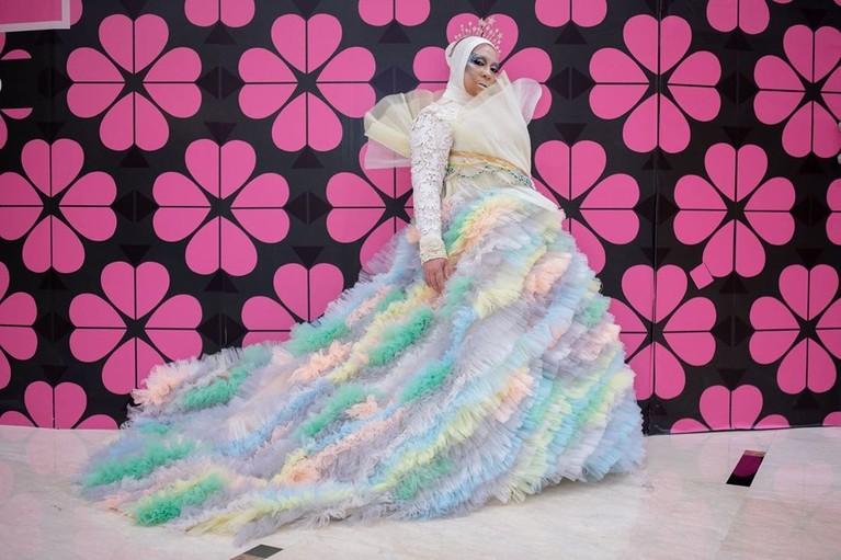 Melly Goeslaw juga ikut menjadi model dalam pagelarn busana Jakarta Fashion Week 2020 dengan mengenakan busana berwarna warna-warni.