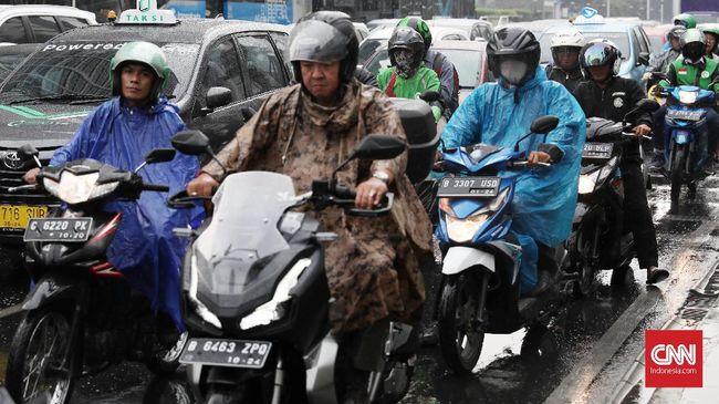 Menggunakan helm dengan kaca helm bisa membantu, selain itu google dan lensa kontak juga bisa jadi solusi buat pengendara berkacamata berkendara saat hujan.