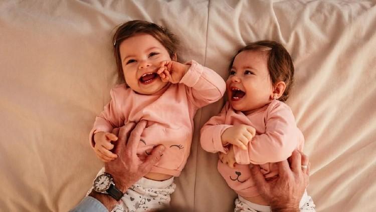 Cara Membuat Anak Kembar Perempuan, Faktor Penentu Hingga Metode