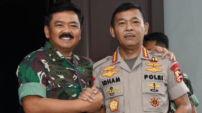 Panglima TNI Hadi Tjahjanto dan Kapolri Idham Aziz, yang divaksin Covid-19 bersama Presiden Jokowi, meminta anak buahnya tak takut untuk diimunisasi.