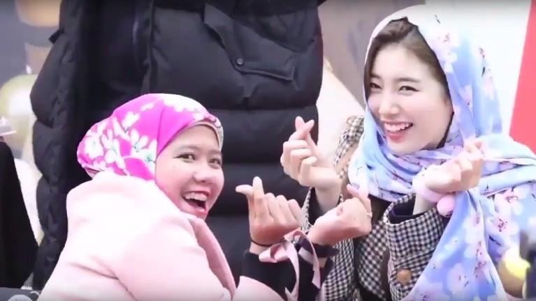 Awal 2018 lalu, Bae Suzy mendapatkan hadiah berupa hijab ungu bercorak bunga dari salah satu penggemarnya. Penampilan cantik Suzy pun kerap mendapatkan pujian saat mengenakan hijab itu.