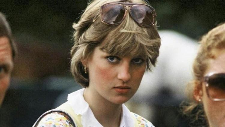 Saat Putri Diana masih kecil, orang tuanya bercerai dan sang ibu menikah lagi.