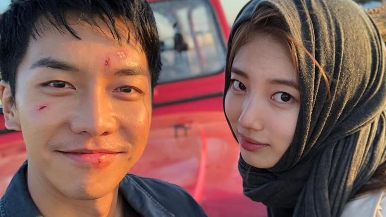 Masih dengan warna hijab yang sama, di sela-sela syuting Bae Suzy menyempatkan waktunya untuk berfoto bersama lawan mainnya, Lee Seung-gi.