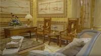 <p>Kursi, sofa, hingga meja dengan warna emas menjadi pelengkap rumah berlapis emas ini. (Foto: YouTube Cinta Quran TV)</p>