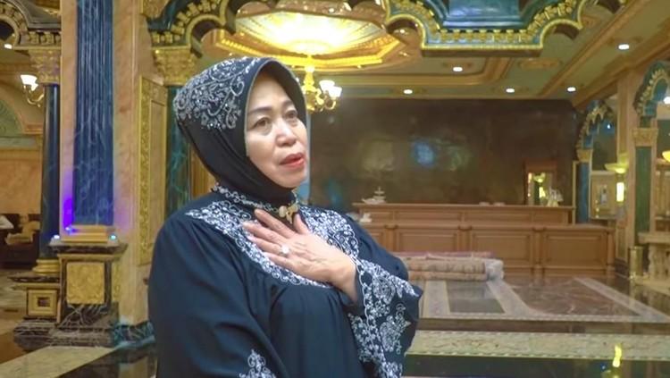 Rumah di Palu, Sulawesi Tengah baru-baru ini viral karena berlapis emas bak istana. Pemiliknya ternyata kakak dari gitaris band Slank.