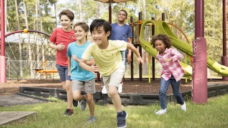 Olahraga permainan ini bisa anak-anak lakukan sebelum bel masuk sekolah berbunyi. Manfaatnya bagus lho buat akademis dan perilaku anak di sekolah.