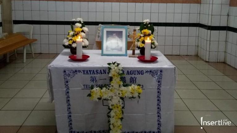 Jenazah Suhu Naga saat masih di rumah duka di Krematorium Jabar Agung, Tangerang, Banten, sebelum disiapkan untuk dikremasi.