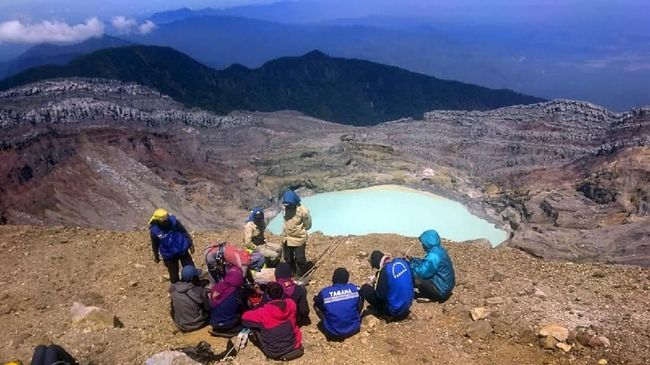 Dua dari tiga pendaki Gunung Dempo, Sumatera Selatan yang hilang sejak sebulan lalu ditemukan dalam keadaan meninggal dunia, satu orang lagi masih hilang.