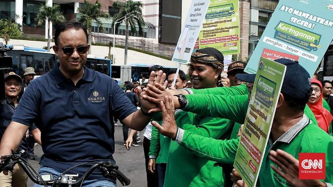 Merespons komentar warga soal jalur sepeda yang buat jalan lebih sempit, Gubernur DKI Anies Baswedan mengakui jalur sepeda memang belum jadi kelas utama.