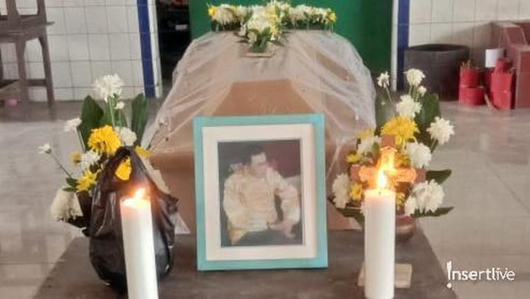 Jenadah dan peti mati mendiang Suhu Naga sudah disiapkan sebelum masuk ke ruang kremasi.