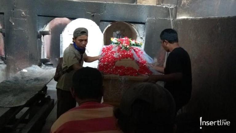 Proses kremasi segera dilakukan setelah masuk ke dalamruangan pembakaran yang akan bersuhu sekitar 1000 derajat celcius.