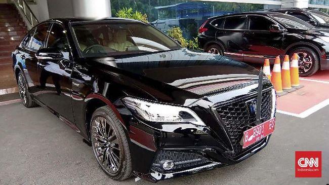 Mobil dinas baru keluaran Toyota Crown 2.5 HV G-Executive terlihat terparkir di Kemenkominfo dan disiapkan untuk Johnny G Plate.